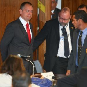 Em imagem do dia 30 de maio, Cláudio Abreu, (ao centro, de gravata vermelha) aparece em reunião da CPI do Cachoeira, onde prestou depoimento