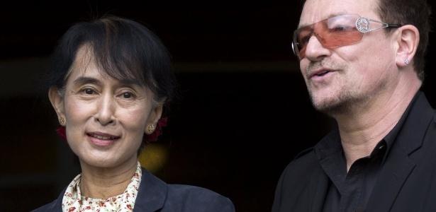 Líder da oposição em Mianmar, Aung San Suu Kyi junto do vocalista do U2, Bono Vox