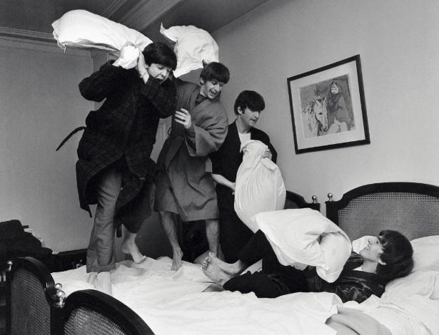 Beatles em batalha de travesseiros fotografada por Harry Benson