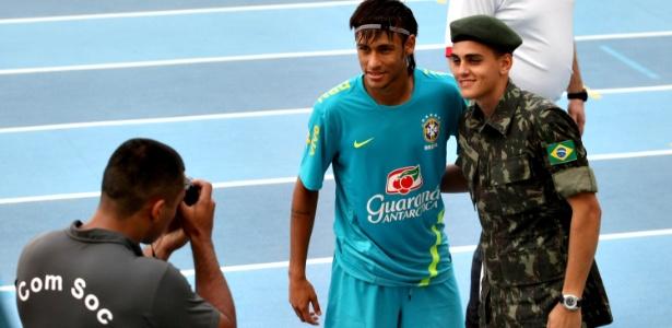 Neymar posa para foto ao lado de soldado após treino da seleção no Rio de Janeiro