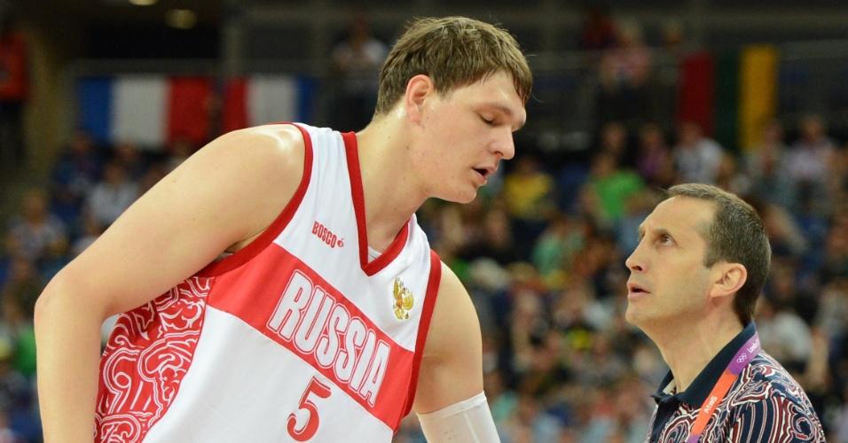 http://imguol.com/2012/08/08/timofey-mozgov-ouve-instrucoes-do-tecnico-russo-david-blatt-durante-partida-contra-a-lituania-pela-fase-de-quartas-de-final-do-torneio-masculino-de-londres-1344439234484_956x500.jpg