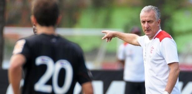 Após polêmica com campo, Flamengo ajusta gramado para treino no Ninho do Urubu