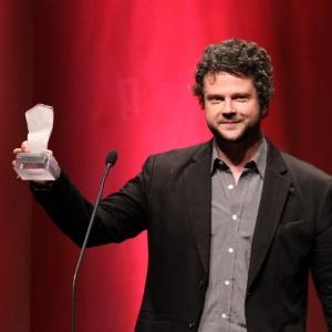 http://imguol.com/2012/09/17/selton-mello-recebe-o-premio-de-melhor-filme-por-o-palhaco-no-7-premio-contigo-de-cinema-1347936291762_300x300.jpg