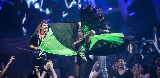Com figurino esvoaçante, Gaby Amarantos sobe ao palco para receber prêmio de Artista Feminino