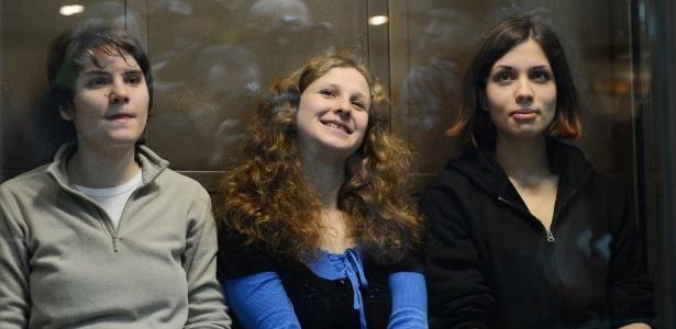 Integrantes da banda punk russa Pussy Riot (da esquerda para direita) Maria Alyokhina, Yekaterina Samutsevich e Nadezhda Tolokonnikova participam de audiência no tribunal municipal de Moscou (10/10/12)