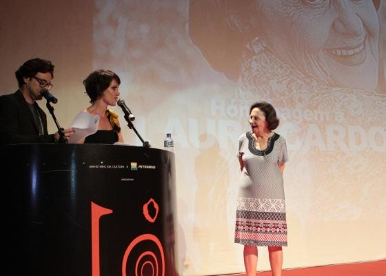 http://imguol.com/2012/11/09/laura-cardoso-recebe-homenagem-no-festival-de-vitoria-8112012-1352485697587_560x400.jpg