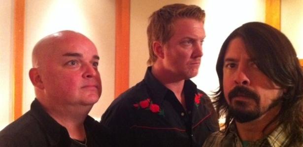 Os músicos Alain Johannes (à esquerda), Josh Homme (centro) e Dave Grohl durante gravações do sexto álbum de estúdio do Queens of the Stone Age