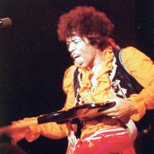 Jimi Hendrix se apresenta em show na década de 1960