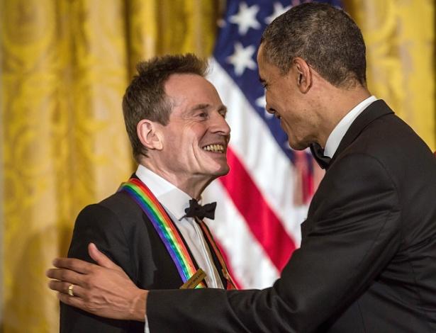 O baixista John Paul Jones, do Led Zeppelin, recebe premiação do Centro Kennedy das mãos do presidente americano Barack Obama (2/12/12)