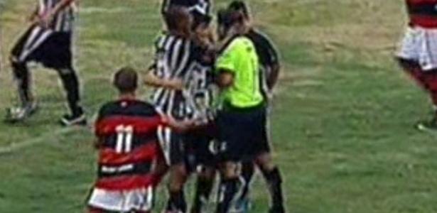 Zagueiro é expulso, agride árbitro e Flamengo goleia Santos-AP na Copinha