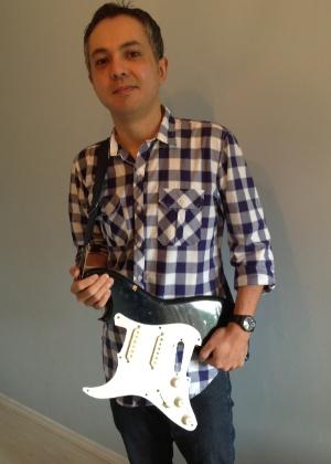 16.01.2013 - O jornalista Fábio Akio Sasaki, de São Paulo, com pedaço da guitarra de Kurt Cobain que pegou durante show do Nirvana no Hollywood Rock de 1993, no estádio Morumbi