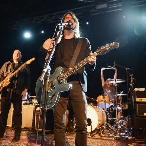 """Alain Johannes (à esq), Dave Grohl e Taylor Hawkins (na bateria) se apresentam na estreia de """"Sound City"""""""