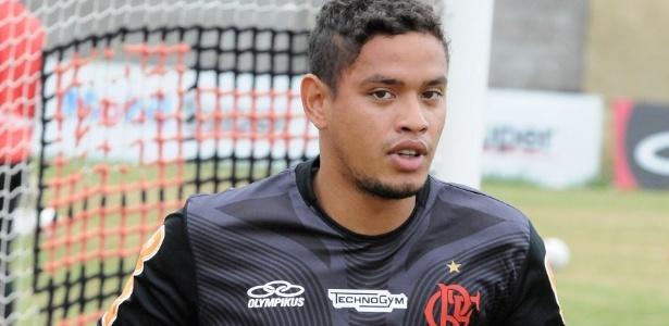 Carlos Eduardo treina entre os titulares do Flamengo e pode disputar clássico