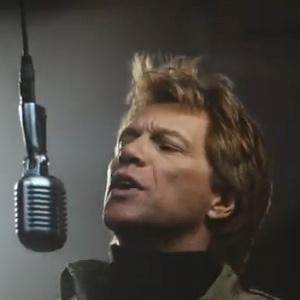 """Jon Bon Jovi em cena do clipe de """"Because We Can"""""""