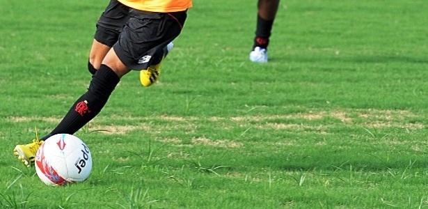 Goleiro Felipe pede melhorias em gramado do centro de treinamento do Flamengo