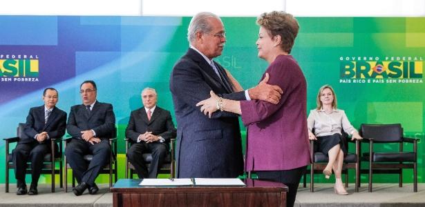 3.abr.2013 - A presidente Dilma Rousseff cumprimenta o novo ministro dos Transportes, César Borges (PR)