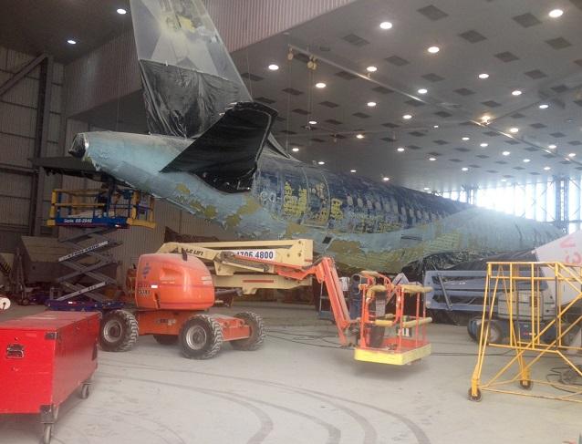 Avião recebe nova pintura no centro de manutenção. Imagem: Cintia Baio/UOL