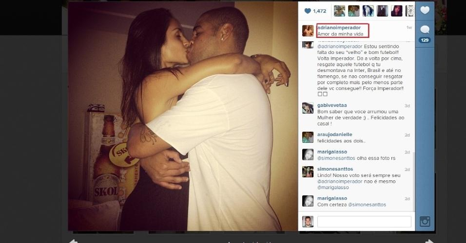 Ainda sem clube, Adriano fica noivo de estudante em festa discreta