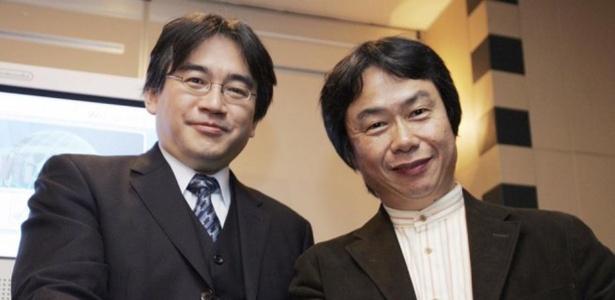 """Shigeru Miyamoto (direita) diz estar """"arrasado de tristeza"""" com a morte de seu amigo e colaborador Satoru Iwata (esquerda)"""