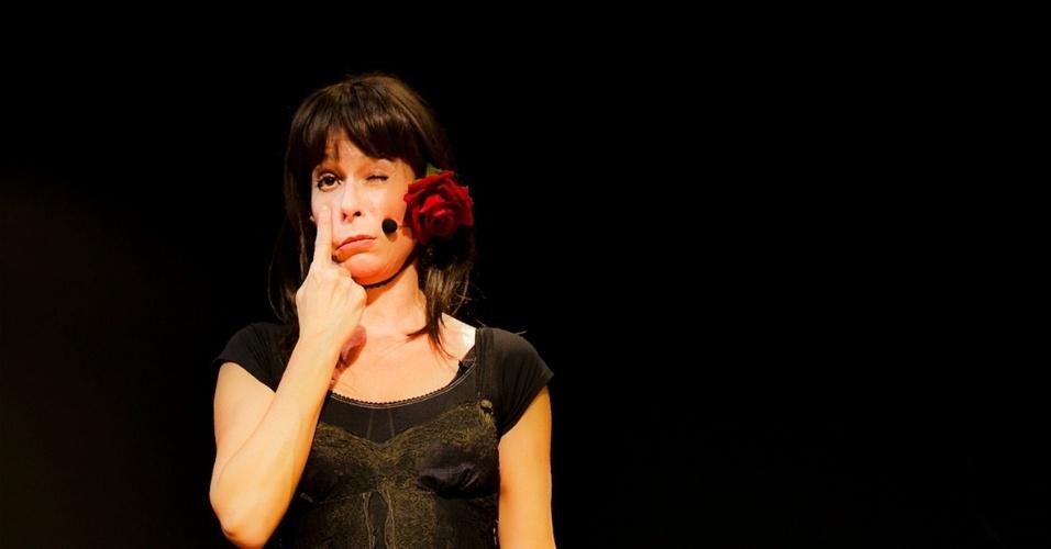 http://imguol.com/c/entretenimento/2013/08/13/13ago2013---andrea-beltrao-em-cena-da-comedia-musical-jacinta-em-cartaz-no-sesc-vila-mariana-1376363832059_956x500.jpg