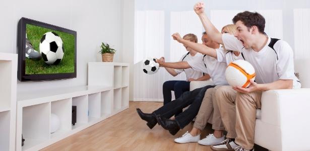 Para compor a sala com conforto, é preciso pensar no design e na posição do sofá, poltronas, TV e frigobar