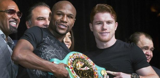 Mayweather e Canelo posam com o cinturão que estará em jogo neste sábado, em Las Vegas