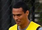 Zagueiro Burgos é oferecido, e Botafogo aguarda por Emerson