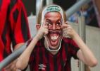 Torcida do Atlético-PR usa máscaras de Ronaldinho para provocar Coritiba