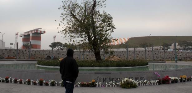 """Pessoas visitam o """"Memorial 17 de Julho"""", em homenagem a vítimas do acidente do voo JJ3054 da TAM, próximo ao aeroporto de Congonhas, na zona sul de São Paulo (17.jul.2013)"""