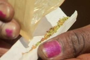 A nova droga, em forma de pó, é fumada em cigarros misturada com maconha