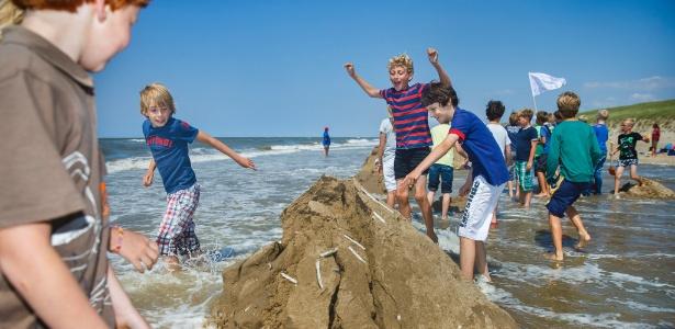 Estudantes holandeses competem na construção de castelos de areia em Noordwijk