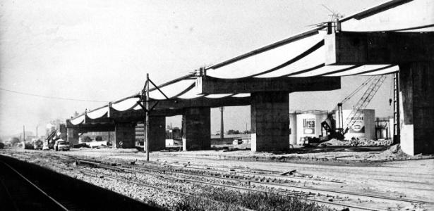 A ponte Rio-Niterói em construção em 1972