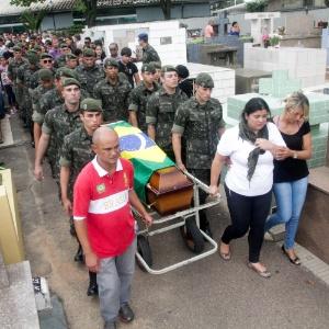 Parentes e amigos acompanharam o sepultamento do cabo do Exército Michel Augusto Mikami no Cemitério de Vinhedo (SP), no domingo (30)