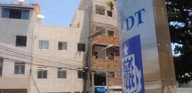 A delegacia é cercada por prédios residenciais que podem ser usados por criminosos