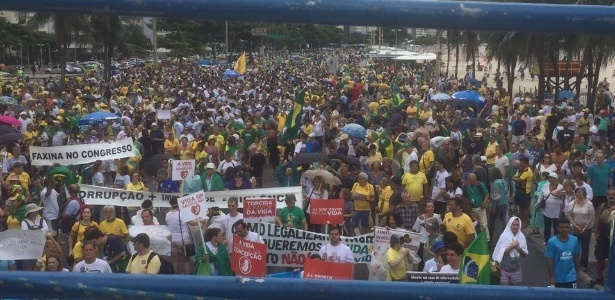 Manifestantes se reúnem em Copacabana, Rio de Janeiro, para protestar contra mudanças feitas no projeto anticorrupção