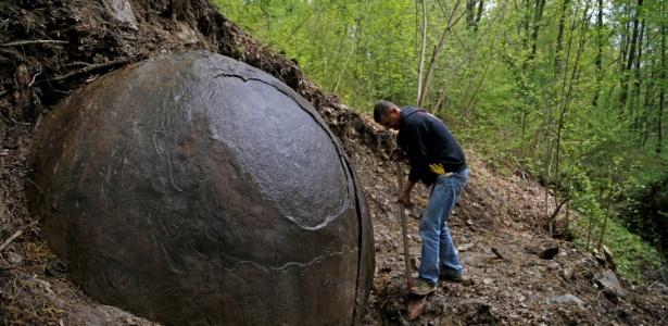 Uma Misteriosa esfera encontrada dentro de uma floresta na Europa intriga os Cientistas