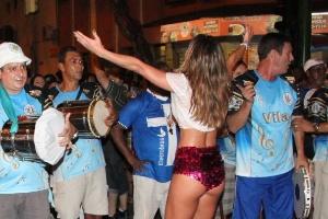 19.dez.2012 - Sabrina Sato exibiu o corpão sarado vestindo shortinho curto e  blusa decotada no ensaio técnico de rua da Vila Isabel, no Rio de Janeiro. 9a848d23dc